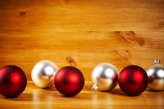 Διακοσμήσεις Χριστουγέννων σε έναν ξύλινο πίνακα Στοκ Εικόνες