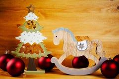 Διακοσμήσεις Χριστουγέννων σε έναν ξύλινο πίνακα Στοκ Φωτογραφίες