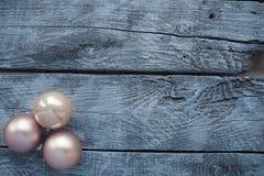 Διακοσμήσεις Χριστουγέννων σε έναν ξύλινο πίνακα στοκ φωτογραφία