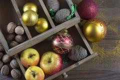 Διακοσμήσεις Χριστουγέννων σε έναν παλαιό ξύλινο πίνακα στοκ φωτογραφία