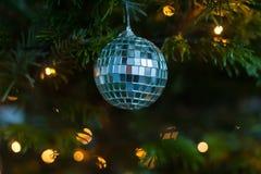 Διακοσμήσεις Χριστουγέννων σε ένα δέντρο πεύκων στοκ εικόνα
