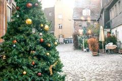 Διακοσμήσεις Χριστουγέννων σε ένα χριστουγεννιάτικο δέντρο υπό μορφή κόκκινων και χρυσών σφαιρών Χριστουγεννιάτικο δέντρο σε μια  Στοκ Φωτογραφία
