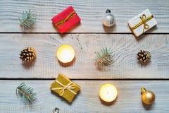 Διακοσμήσεις Χριστουγέννων σε μια άσπρη ξύλινη επιφάνεια Τοπ όψη Στοκ εικόνες με δικαίωμα ελεύθερης χρήσης