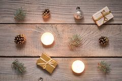 Διακοσμήσεις Χριστουγέννων σε μια άσπρη ξύλινη επιφάνεια Τοπ όψη Στοκ Εικόνα