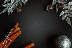 Διακοσμήσεις Χριστουγέννων σε μια μαύρη ανασκόπηση στοκ εικόνες