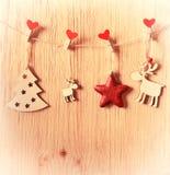 Διακοσμήσεις Χριστουγέννων σε μια ξύλινη ανασκόπηση eps 10 καρτών διανυσματικός τρύγος απεικόνισης χαιρετισμού Στοκ Φωτογραφία