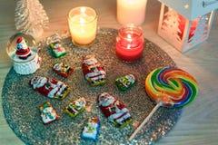Διακοσμήσεις Χριστουγέννων, σοκολάτα Santa και κεριά στοκ εικόνες με δικαίωμα ελεύθερης χρήσης