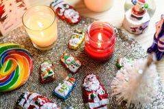 Διακοσμήσεις Χριστουγέννων, σοκολάτα Santa και κεριά στοκ εικόνες