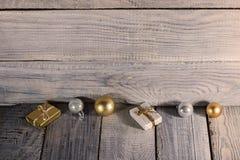 Διακοσμήσεις Χριστουγέννων στην άσπρη ξύλινη επιφάνεια Στοκ Φωτογραφίες
