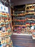 Διακοσμήσεις Χριστουγέννων στην αγορά Στοκ εικόνες με δικαίωμα ελεύθερης χρήσης