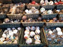 Διακοσμήσεις Χριστουγέννων στην αγορά Στοκ Φωτογραφία