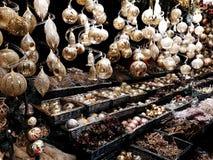 Διακοσμήσεις Χριστουγέννων στην αγορά Στοκ Εικόνα