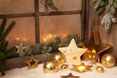 Διακοσμήσεις Χριστουγέννων στη στρωματοειδή φλέβα παραθύρων - διακόσμηση FO ύφους χωρών Στοκ Εικόνα