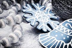 Διακοσμήσεις Χριστουγέννων στον ασημένιο και μπλε τόνο Στοκ φωτογραφίες με δικαίωμα ελεύθερης χρήσης
