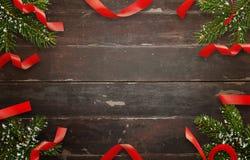 Διακοσμήσεις Χριστουγέννων στον ξύλινο πίνακα Τοπ άποψη του πίνακα με το χριστουγεννιάτικο δέντρο και τις διακοσμητικές λουρίδες Στοκ εικόνες με δικαίωμα ελεύθερης χρήσης