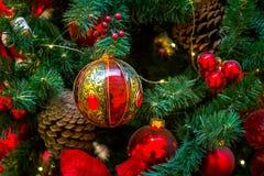 Διακοσμήσεις Χριστουγέννων στους κλάδους του δέντρου έλατου Στοκ Εικόνες