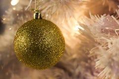 Διακοσμήσεις Χριστουγέννων στο άσπρο χριστουγεννιάτικο δέντρο κλάδων, μαλακό στοκ φωτογραφία με δικαίωμα ελεύθερης χρήσης