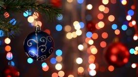 Διακοσμήσεις Χριστουγέννων στο δέντρο, κλάδος, bokeh υπόβαθρο, από τα φω'τα εστίασης απόθεμα βίντεο