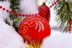 Διακοσμήσεις Χριστουγέννων στο δέντρο στο χειμερινό ξύλο Στοκ Φωτογραφία