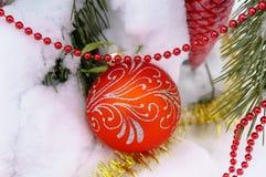Διακοσμήσεις Χριστουγέννων στο δέντρο στο χειμερινό ξύλο Στοκ Εικόνα