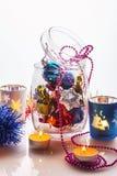Διακοσμήσεις Χριστουγέννων στο βάζο γυαλιού Στοκ φωτογραφία με δικαίωμα ελεύθερης χρήσης