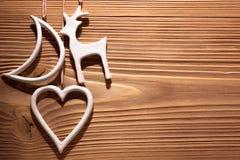 Διακοσμήσεις Χριστουγέννων στο ξύλινο κλίμα Στοκ φωτογραφία με δικαίωμα ελεύθερης χρήσης