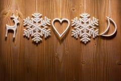 Διακοσμήσεις Χριστουγέννων στο ξύλινο κλίμα Στοκ Φωτογραφίες
