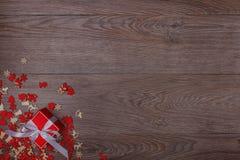 Διακοσμήσεις Χριστουγέννων στο ξύλινο υπόβαθρο με το διάστημα αντιγράφων για το κείμενο Στοκ Εικόνες