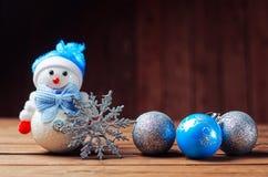 Διακοσμήσεις Χριστουγέννων στο ξύλινο υπόβαθρο: μπλε και ασημένιο Chri Στοκ Εικόνες