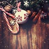 Διακοσμήσεις Χριστουγέννων στο ξύλινο υπόβαθρο στο εκλεκτής ποιότητας ύφος Chr Στοκ εικόνα με δικαίωμα ελεύθερης χρήσης