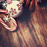 Διακοσμήσεις Χριστουγέννων στο ξύλινο υπόβαθρο στο εκλεκτής ποιότητας ύφος Chr Στοκ εικόνες με δικαίωμα ελεύθερης χρήσης