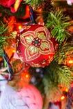 Διακοσμήσεις Χριστουγέννων στο τεχνητό έλατο Στοκ Εικόνα