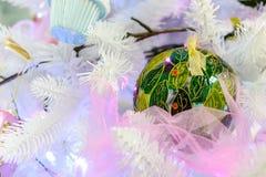 Διακοσμήσεις Χριστουγέννων στο τεχνητό έλατο Στοκ εικόνες με δικαίωμα ελεύθερης χρήσης