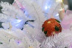 Διακοσμήσεις Χριστουγέννων στο τεχνητό έλατο Στοκ φωτογραφία με δικαίωμα ελεύθερης χρήσης