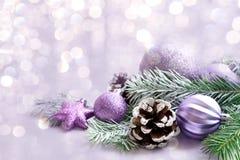 Διακοσμήσεις Χριστουγέννων στο φωτεινό υπόβαθρο Στοκ φωτογραφίες με δικαίωμα ελεύθερης χρήσης