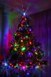 Διακοσμήσεις Χριστουγέννων στο χριστουγεννιάτικο δέντρο, ακτίνες ελαφριού Χριστού Στοκ εικόνα με δικαίωμα ελεύθερης χρήσης