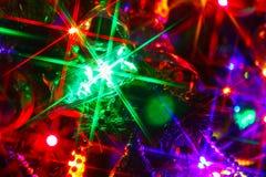 Διακοσμήσεις Χριστουγέννων στο χριστουγεννιάτικο δέντρο, ακτίνες ελαφριού Χριστού Στοκ Εικόνες