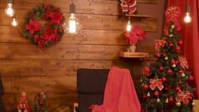 Διακοσμήσεις Χριστουγέννων στο όμορφο δωμάτιο με τους ξύλινους τοίχους φιλμ μικρού μήκους