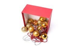 Διακοσμήσεις Χριστουγέννων, σφαίρες, χάντρες, που απομονώνονται σε ένα άσπρο υπόβαθρο Στοκ φωτογραφία με δικαίωμα ελεύθερης χρήσης