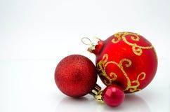 Διακοσμήσεις Χριστουγέννων - τρεις κόκκινες σφαίρες στοκ εικόνες
