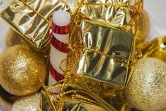 Διακοσμήσεις Χριστουγέννων των χρυσών διακοσμήσεων χρώματος για τα Χριστούγεννα Στοκ εικόνα με δικαίωμα ελεύθερης χρήσης