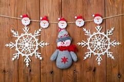 Διακοσμήσεις Χριστουγέννων: χιονάνθρωπος και snowflakes με τις καρφίτσες ενδυμάτων Στοκ εικόνες με δικαίωμα ελεύθερης χρήσης