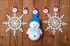 Διακοσμήσεις Χριστουγέννων: χιονάνθρωπος και snowflakes με τις καρφίτσες ενδυμάτων Στοκ φωτογραφία με δικαίωμα ελεύθερης χρήσης