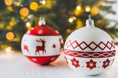 Διακοσμήσεις Χριστουγέννων, χριστουγεννιάτικο δέντρο και φω'τα στοκ φωτογραφία με δικαίωμα ελεύθερης χρήσης