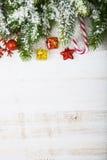 Διακοσμήσεις Χριστουγέννων, δώρα και κλάδοι έλατου σε έναν ξύλινο πίνακα Στοκ Εικόνες