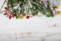 Διακοσμήσεις Χριστουγέννων, δώρα και κλάδοι έλατου σε έναν ξύλινο πίνακα Στοκ εικόνα με δικαίωμα ελεύθερης χρήσης
