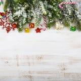 Διακοσμήσεις Χριστουγέννων, δώρα και κλάδοι έλατου σε έναν ξύλινο πίνακα Στοκ φωτογραφία με δικαίωμα ελεύθερης χρήσης