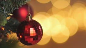 Διακοσμήσεις χριστουγεννιάτικων δέντρων πυροβολισμού κινηματογραφήσεων σε πρώτο πλάνο απόθεμα βίντεο