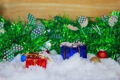 Διακοσμήσεις χρώματος για τη Παραμονή Χριστουγέννων στο χιόνι Στοκ Φωτογραφίες