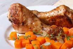 Διακοσμήστε με την κολοκύθα και το θυμάρι και την ψημένη κινηματογράφηση σε πρώτο πλάνο ποδιών κοτόπουλου στοκ εικόνες